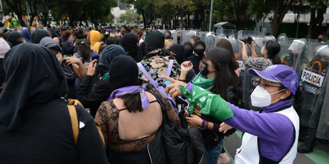 Galería: CDHCM acompañó marcha de colectivos feministas